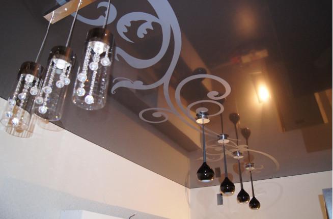 Глянцевый потолок с фотопечатью на кухню